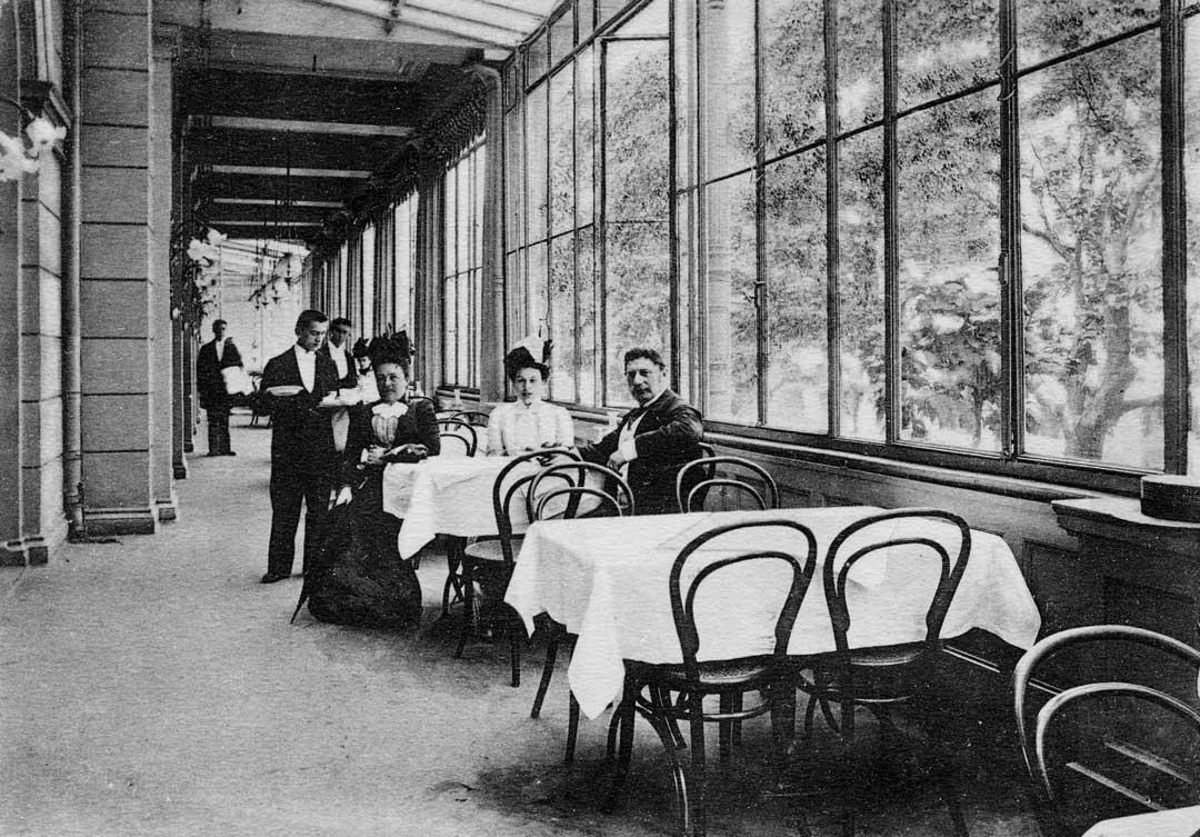 """Postkarte: Terrasse des """"Hotel Victoria"""", ca. 1910 (Foto: Stadtarchiv Wiesbaden)"""